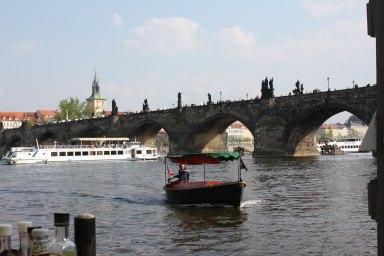 カレル橋と船.jpg